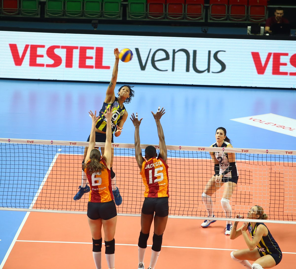 Com 32 pontos de Melissa Vargas, Fenerbahçe vence o clássico turco sobre o Galatasaray notie-break